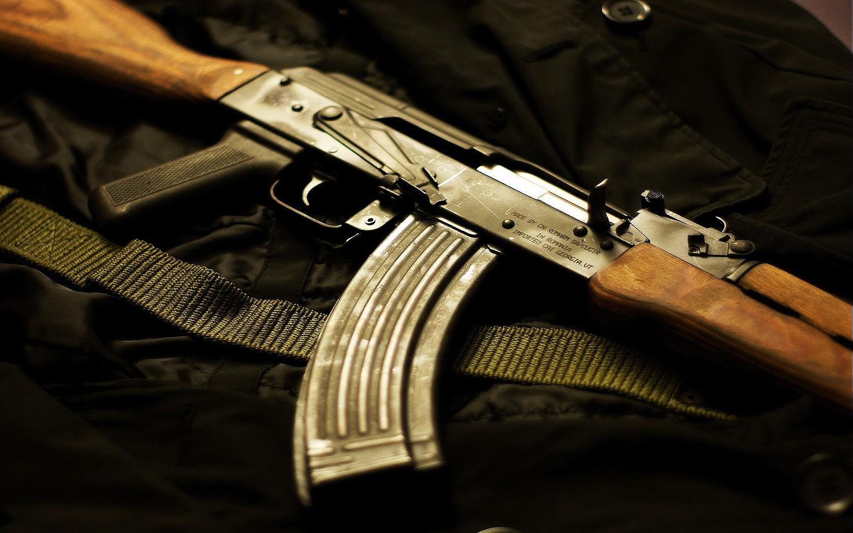 18-річні хлопці вчились збирати і розбирати автомат Калашникова, а також стріляти з нього