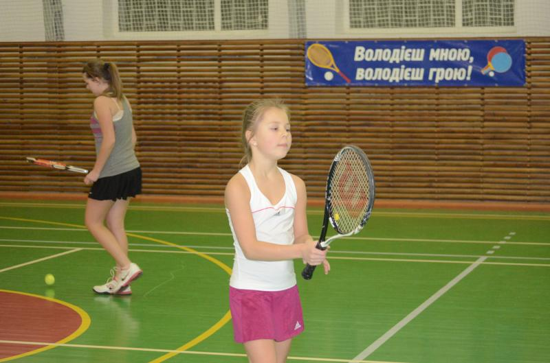 Аліна (на фото) займається тенісом з трьох років.