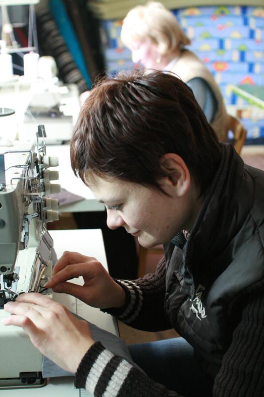Гуманітаркою прислали швейні машинки. Тепер жінки вчаться шити.
