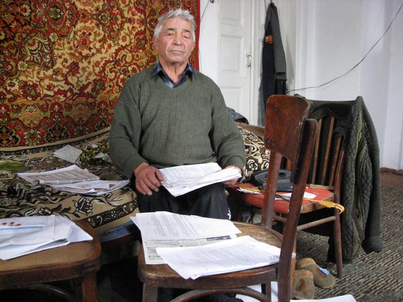 Пенсіонеру важко боротися з системою. Нині зі своєї пенсії  Володимир Якович виплачує 20 відсотків.
