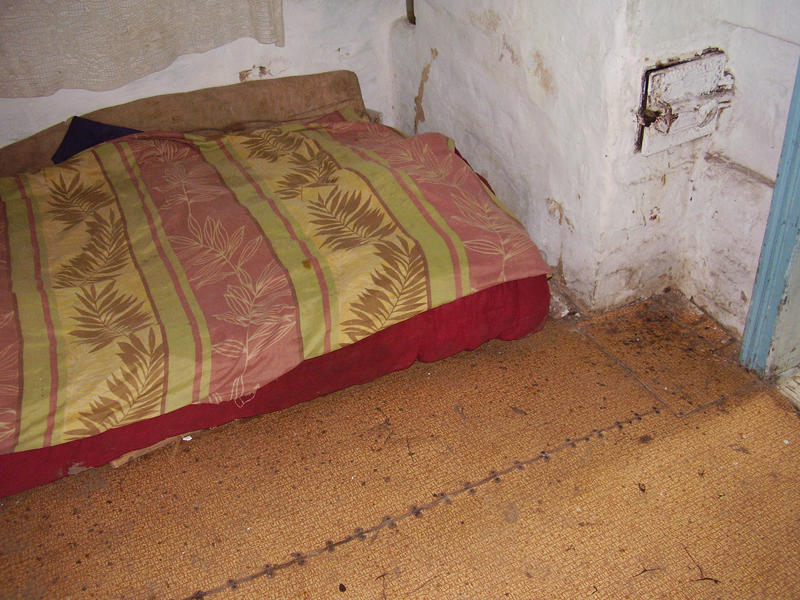 Лежанки на підлозі  – оце й усі меблі в цій хаті.