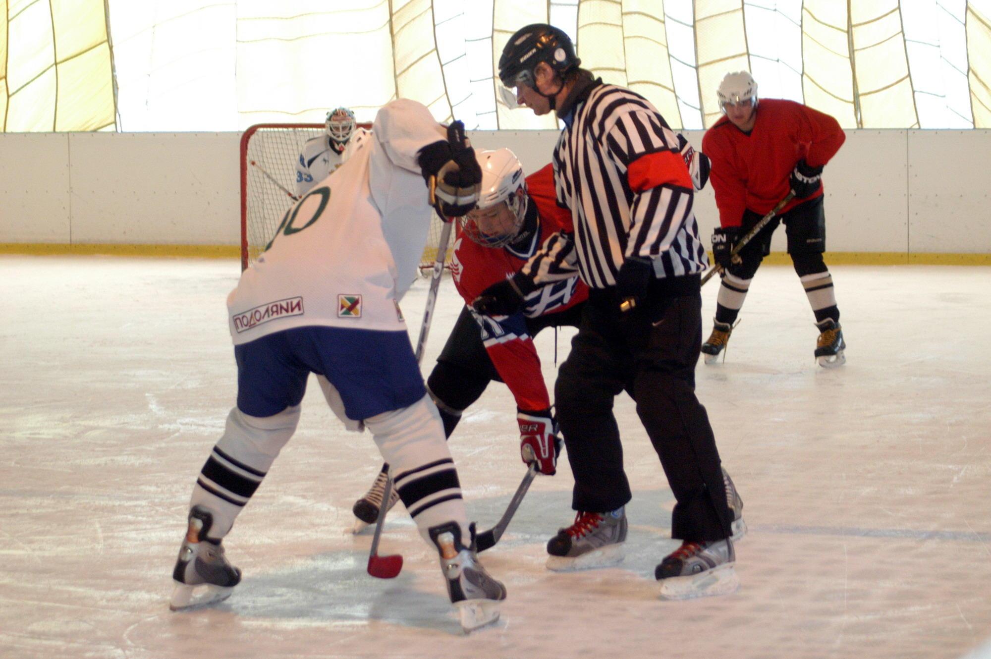 Хокеїстів «Проскурова» (у темній формі) від першого місця віддаляє лише один заліковий бал.