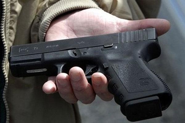 один із затриманих викинув схожий на зброю предмет (виявилося, що це був стартовий пістолет)