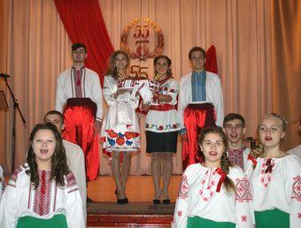 Працівників та студентів навчального закладу вітали концертом.
