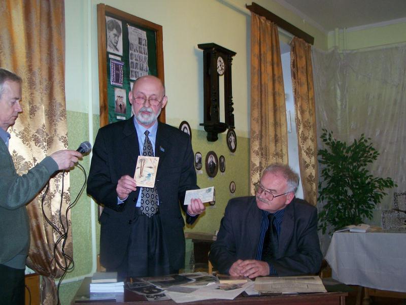 Гість із Вінниці демонструє листівку, яку поет Леонід Левицький намалював для своєї сестри.