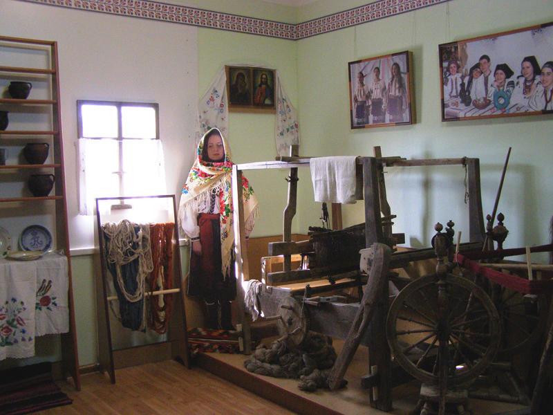В одному із залів виставлені предмети етнографії та побуту селян.