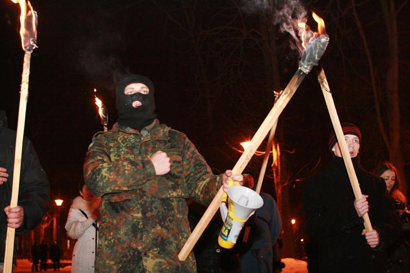 Не щодня побачиш у Хмельницькому, як декілька сотень людей  із запаленими смолоскипами йдуть центром міста,  блокуючи рух транспорту.