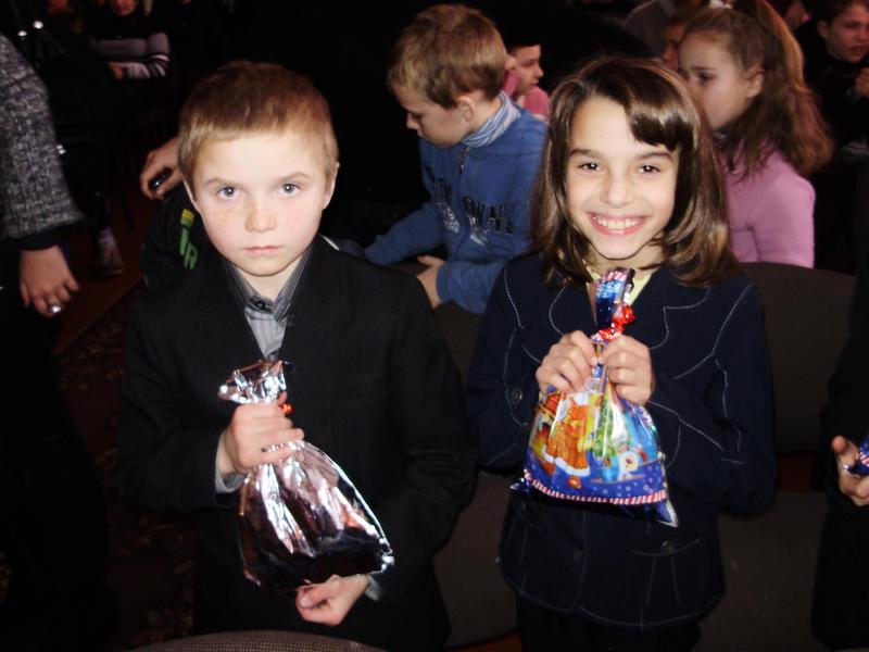 Ось так щиро діти раділи подарункам.