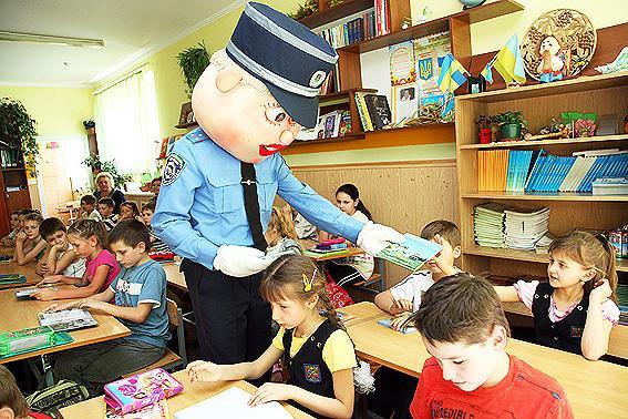 Передати захоплення дітей, викликане появою на святі уже добре відомого на Поділлі казкового міліціонера Славка Хоробрика, узагалі неможливо. Всі фото mvs.gov.ua