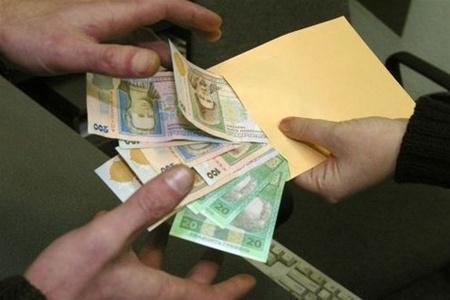 Комендантка гуртожитку за підпис в обхідному листі здерла зі студентів 2 440 гривень.Фото obozrevatel.com