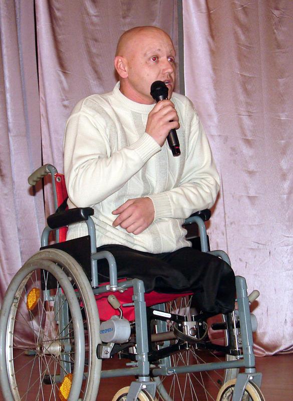 На сцену дехто виїжджає на інвалідному візку.