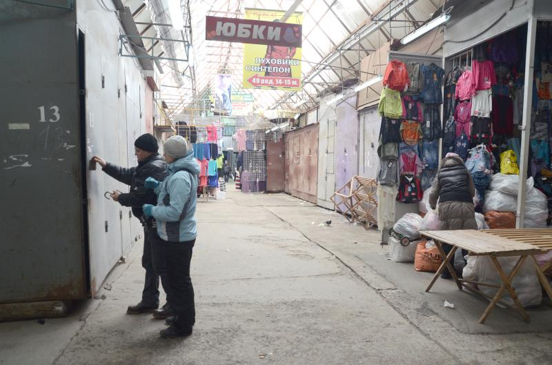 В 11 годин кіоски на ринку «Бартер-сервіс» починають зачинятися.. Фото   Дмитра Скрипника 629225e723775