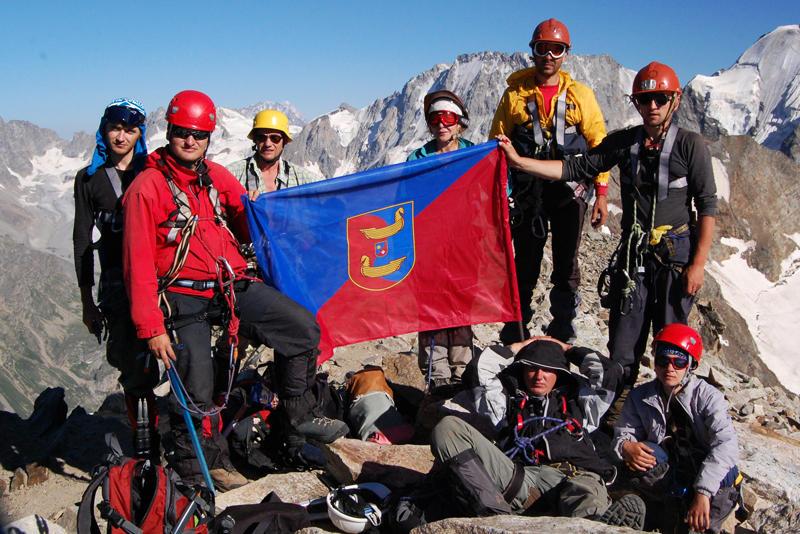 Прапор свого міста альпіністи з Волочиська встановили на вершині Кавказу.