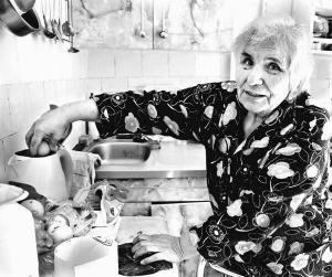 Хмельничанка Тамара Барановська із будинку номер 105 на вулиці Володимирській варить яйця в електрочайнику. Інакше готувати обід не може
