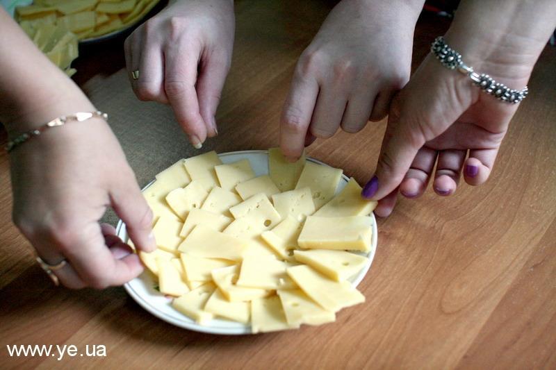 Купуючи сир, просіть продавця відрізати маленький шматочок – для проби.