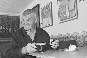 Ярослав Сокіл п'є чай з рулетом у кімнаті для зустрічей Райковецької виправної колонії №78 на Хмельниччині. Його ув'язнили 1998 року за вбивство співмешканки