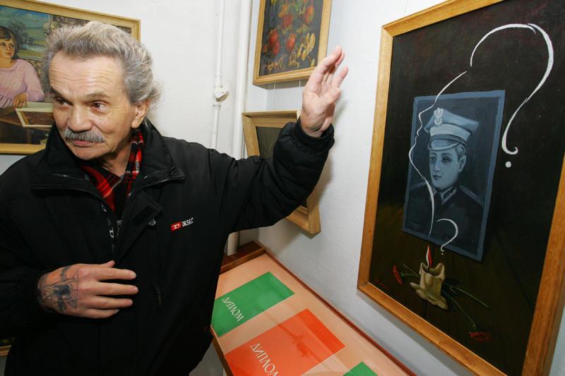 """Картину """"Реквієм. Биківня""""Станіслав Гуменюк подарував екс-президенту Польщі  Кваснєвському. Ескіз цієї картини виставлений зараз у Городку."""