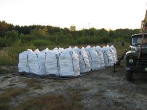 З теренів Хмельницької області вивозять пестициди. Фото km.mns.gov.ua