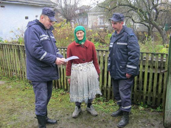 Рятувальники провели профілактичні бесіди та розповсюдили серед мешканців тематичні пам'ятки та листівки попереджувального змісту.