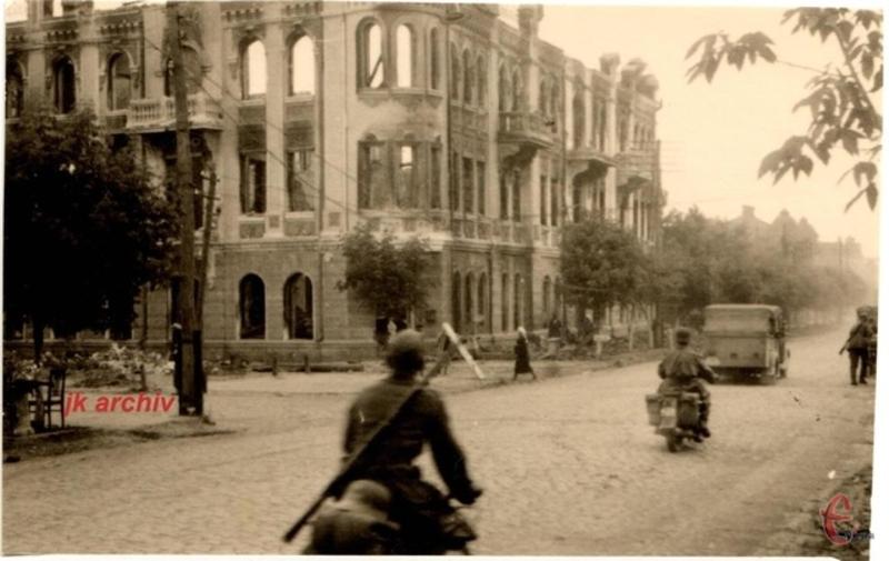 На фото, зробленому у липні 1941 року, руїни будинку Берлянта. Його радянська влада знищила під час відступу з міста