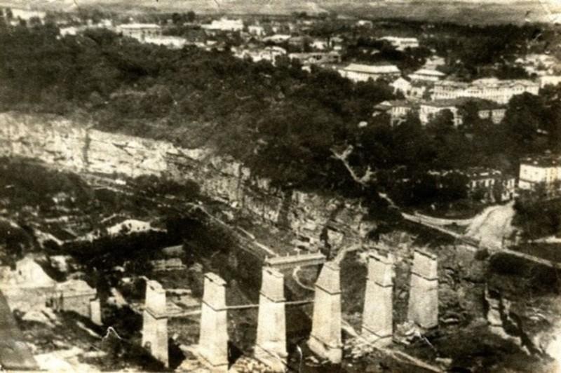 Новопланівський міст був стратегічно важливим об'єктом у воєнний час, тому радянські війська під час відступу вирішили його підірвати