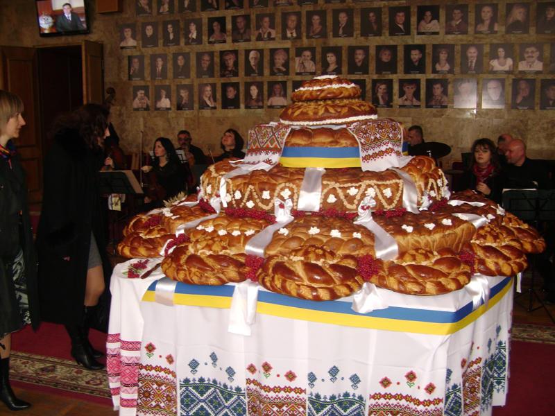 На виготовлення прикрашеного калиною, пшеничним колоссям  та українськими рушниками короваю пішло 311 кілограмів борошна,  622 яйця, більше 15 кілограмів дріжджів та майже 28 кілограмів цукру.