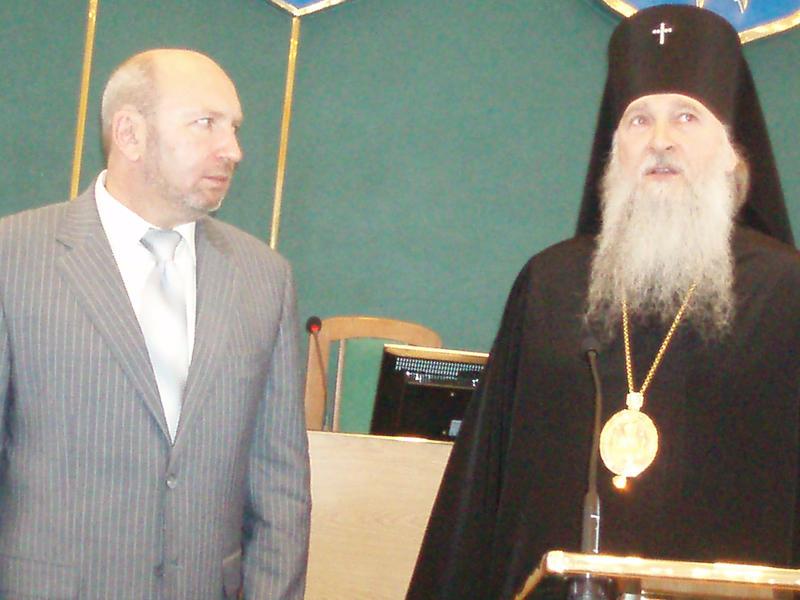 Благословив на відповідальну працю Михайла Сімашкевича (ліворуч) єпископ Кам'янець-Подільський та Городоцький Феодор  (Українська православна церква Московського патріархату).