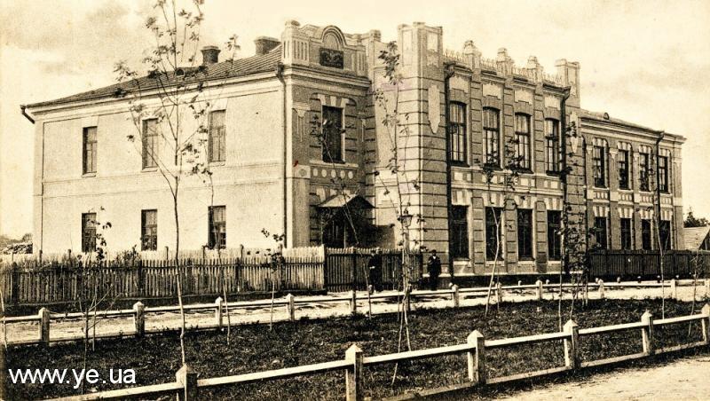 Педагогічні курси з 1922 року розмістились в приміщенні колишньої жіночої гімназії
