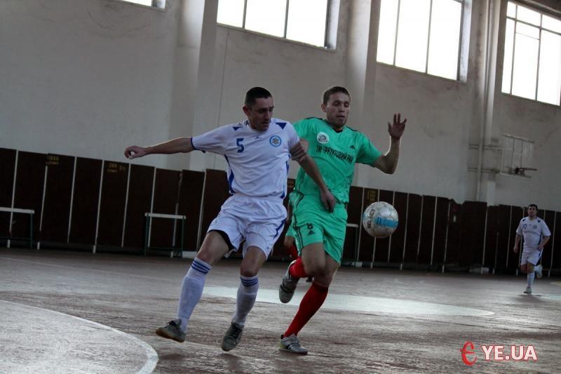 Гравці «Львівхолода» (у білому) не раз стримували атаки хмельничан, зупиняючи суперника за допомогою рук.