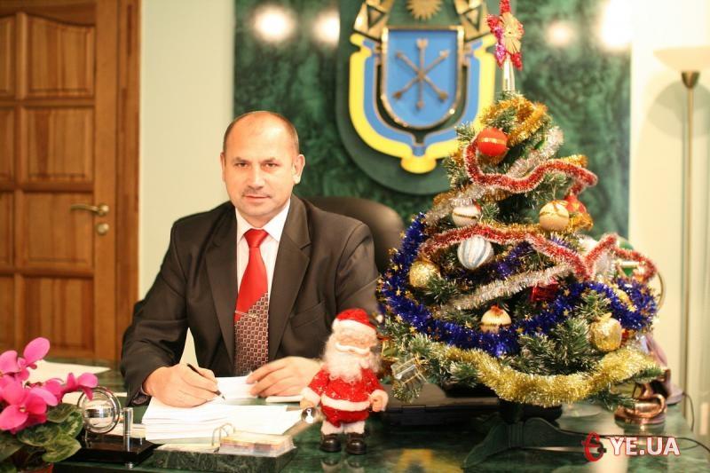 Ялинка у Василя Птащука добре вписується в інтер'єр його кабінету