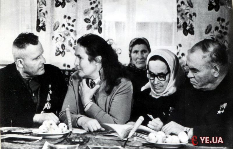 Зустріч Тетяни Яблонської (друга ліворуч) з героями своєї картини у Летаві, 1973 рік