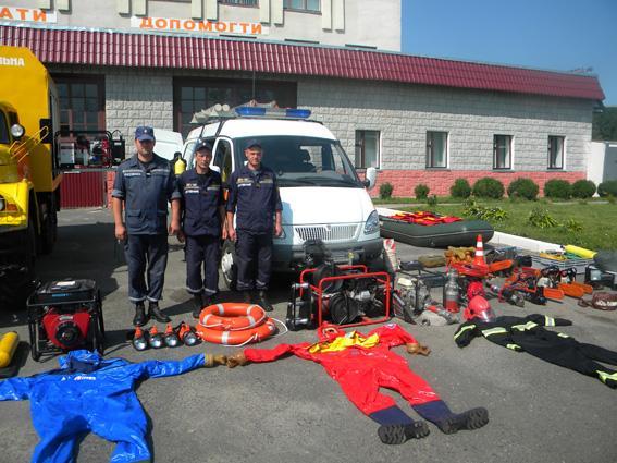 Одна з пожежно-рятувальних команд під час огляду.
