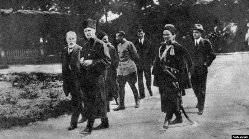 Гетьман Павло Скоропадський попереду (в чорній шапці) у дворі своєї резиденції, 1918 рік
