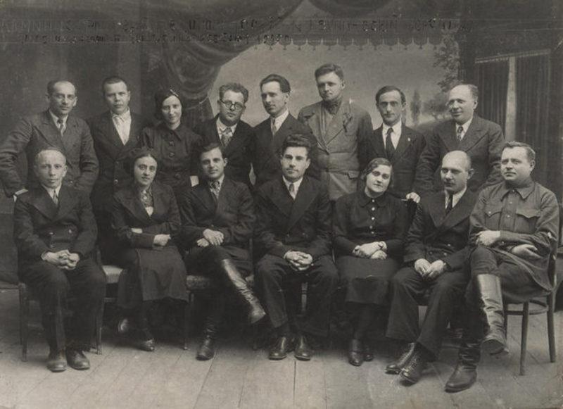 2 лютого 1925 року Кам\'янець-Подільський кооперативний технікум був реорганізований. На фото педагогічний колектив технікуму, 1939 рік