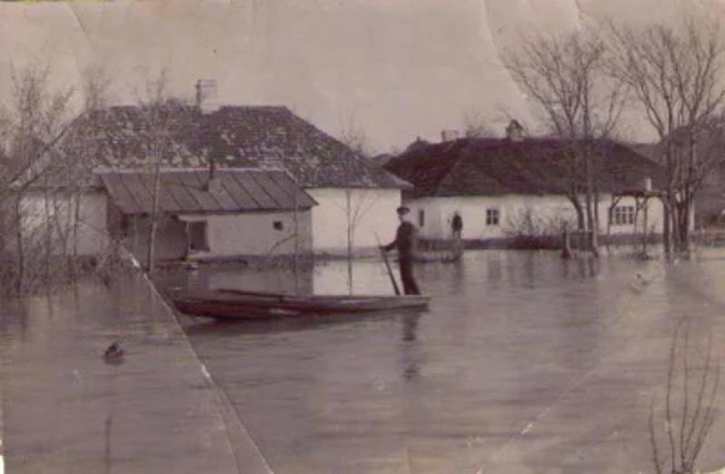 5 квітня 1909 року наслідки сильної повені завдали значних руйнувань у Меджибожі