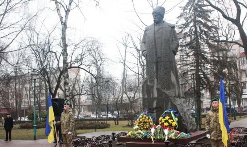 Щороку 9 березня традиційним є покладання квітів до пам'ятників Кобзарю