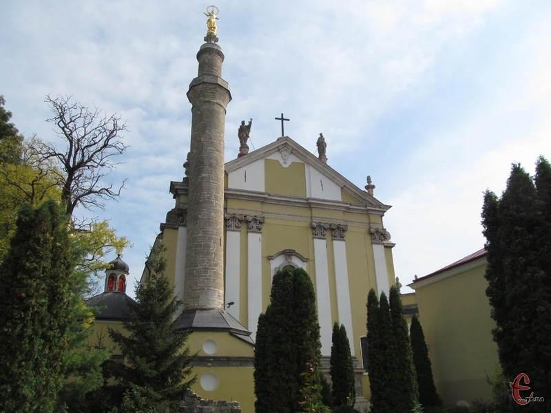 У Кам'янці-Подільському 9 квітня 1823 року внаслідок буревію Богородиця костелу нахилилася до сходу