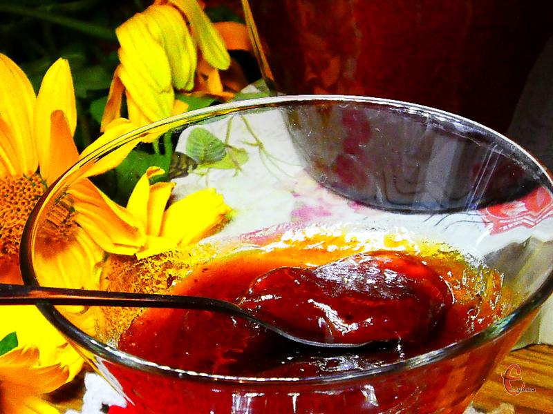 За цим рецептом виходить неймовірно смачний, ароматний, густий і в міру солодкий абрикосовий джем.