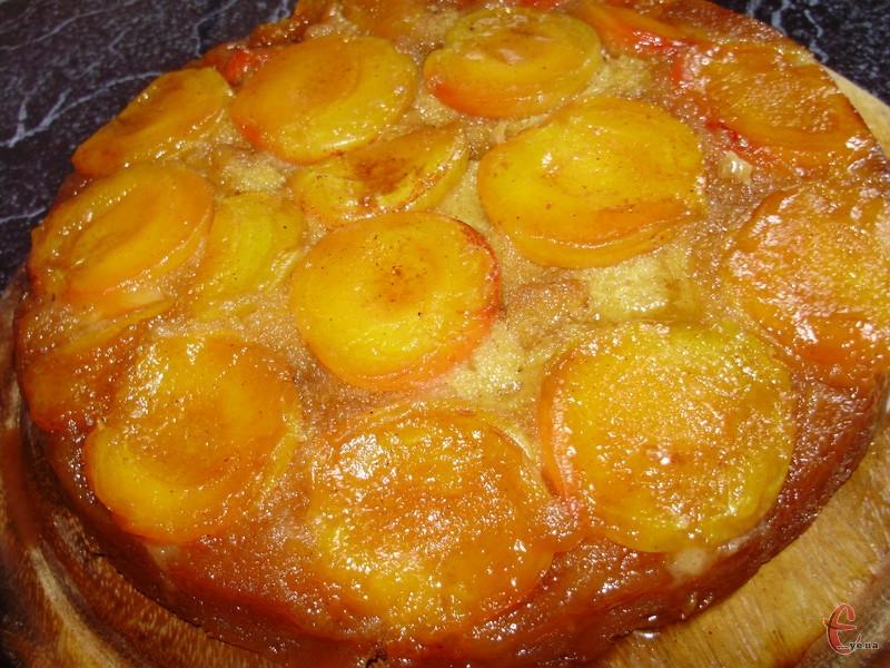 Соковитий, абрикосовий шар із легкою кислинкою дуже вдало гармонує з солодкуватим коржем та карамельною заливкою.
