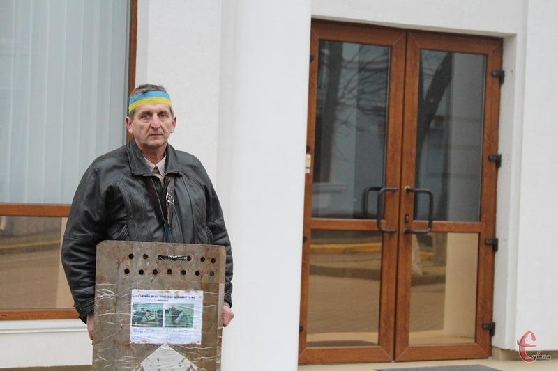 На щиту Василя Гандзюка є напис: Кого не вбили на Майдані - добивають на місцях