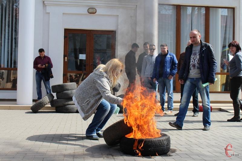 Шини бібля прокуратури Хмельнциької області почали палити через те, що прокурор області не хотів зустрітися з активістами в присутності преси