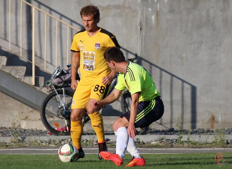 Олександр Алієв (№88) нещодавно пограв у футбол у Хмельницькому. Тепер, можливо, приїде й до Волочиська