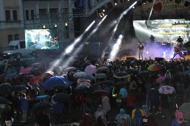 Попри дощ, на концерт прийшло декілька тисяч шанувальників творчості