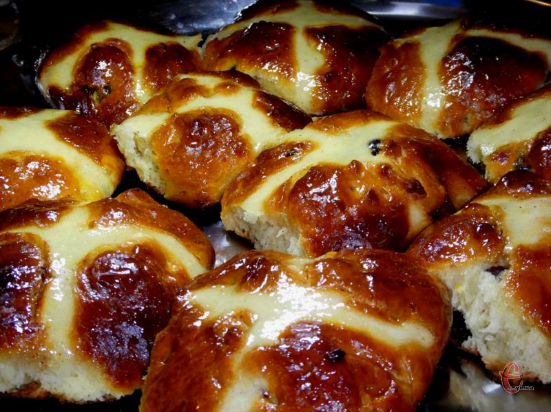 У перекладі «Нot cross buns» означає «хрестові булочки», тому що перед випіканням зверху на них роблять хрестоподібний надріз і прикрашають білою пастою із суміші води й борошна.