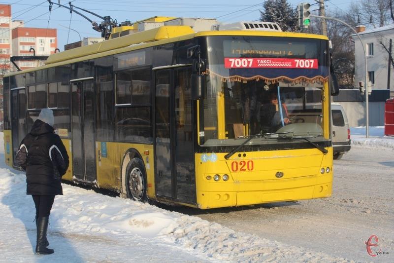 Водій тролейбуса переконував суд, що зняв маску, бо пив воду