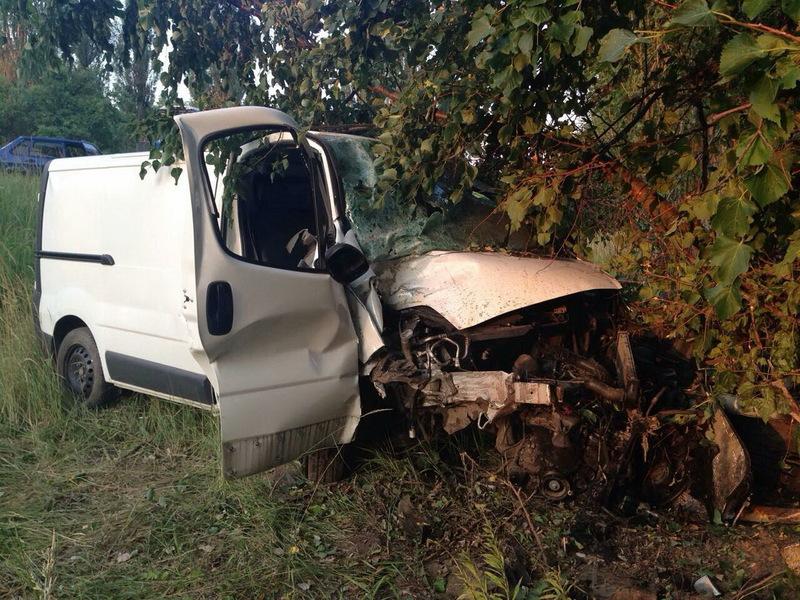 Після зіткнення з деревом, один пасажир загинув, ще один та водій опинилися в лікарні.