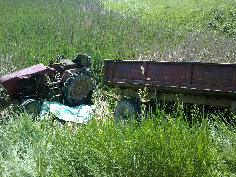 Трактор перекинувся, а водій загинув