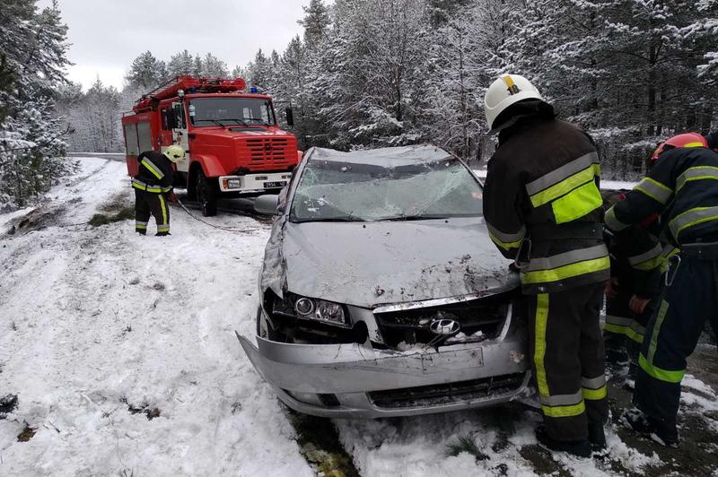 Рятувальники витягнули автівку з кювету