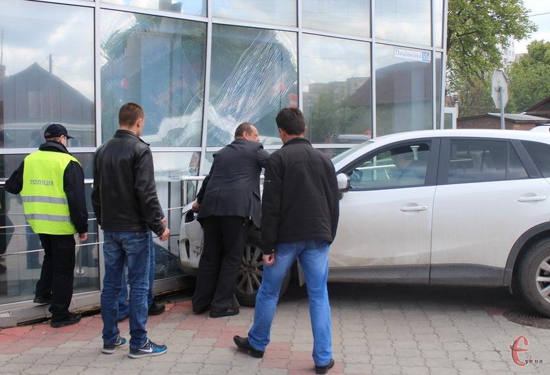 За попередньою версією, водій Мазди не винен у тому, що його автівка розтрощила приміщення держустанови