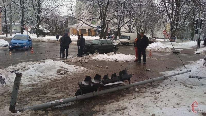 У Хмельницькому зіткнулося два автомобілі. Є постраждалі.